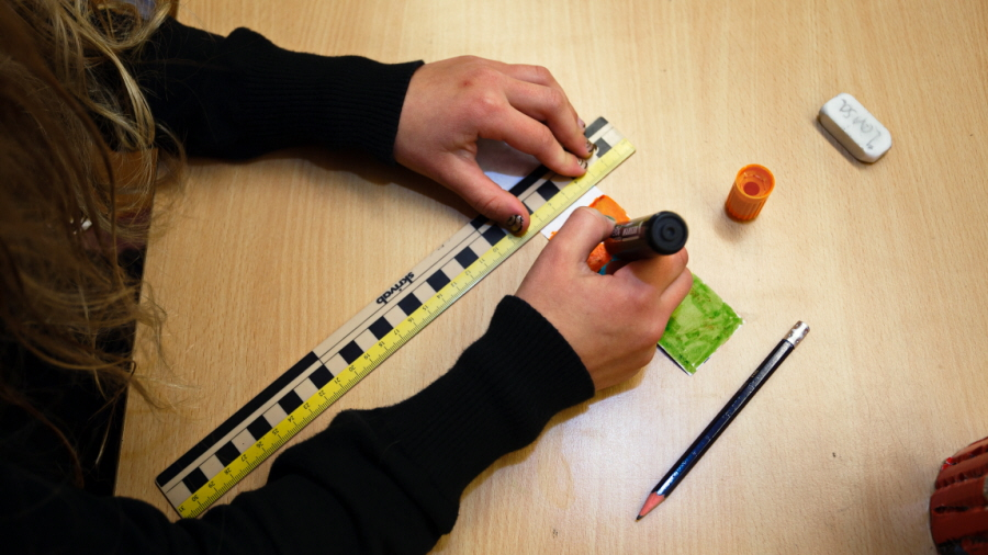 Ruler, pen, eraser and a student doing schoolwork Foto: Per Helander